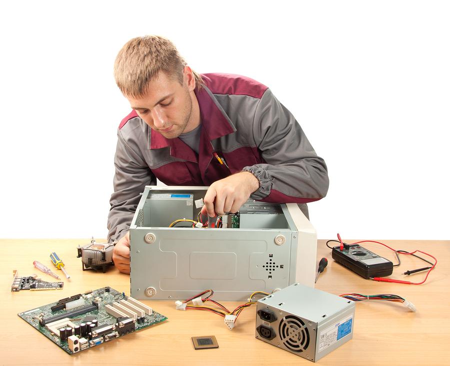 Réparation d'ordinateur par un technicien informatique